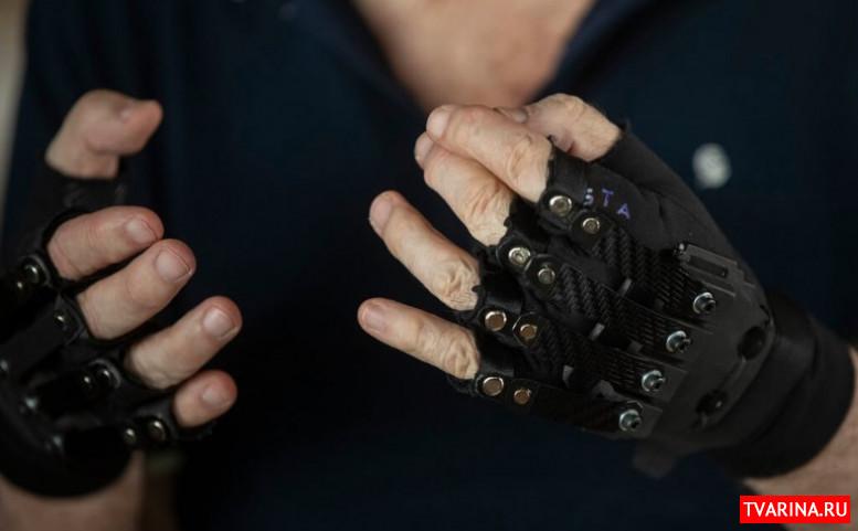 Бионические перчатки помогли больному музыканту снова играть
