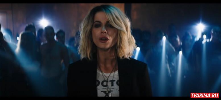 Красотка на взводе (2021) - рецензия на ужасную комедию-боевик